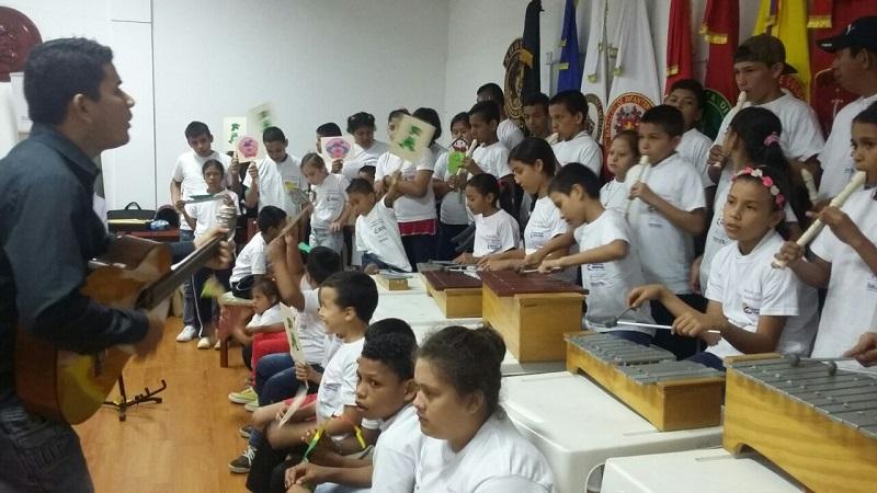 Niños y niñas tocan en un concierto de la Fundación Nacional Batuta