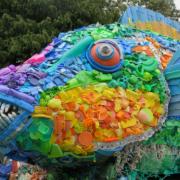 Escultura de un pez hecha de basura