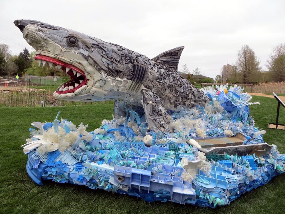Escultura de tiburón hecha de basura