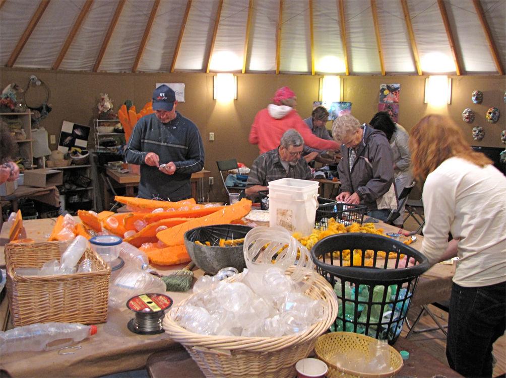 Equipo de voluntarios procesando la basura